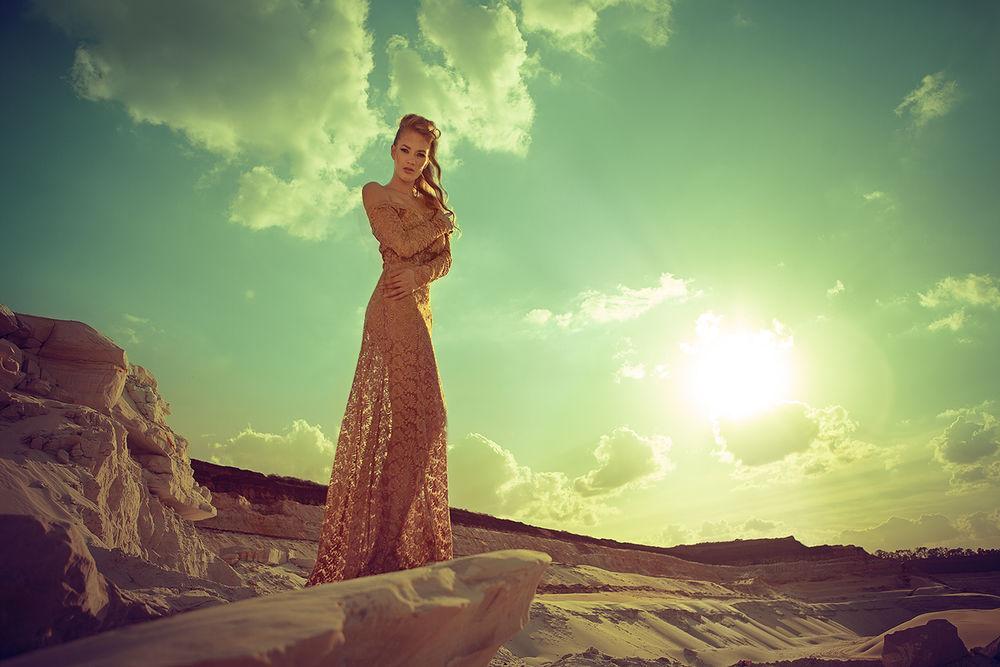 Обои для рабочего стола Девушка стоит на фоне неба и яркого солнца, фотограф Alexandr Buts