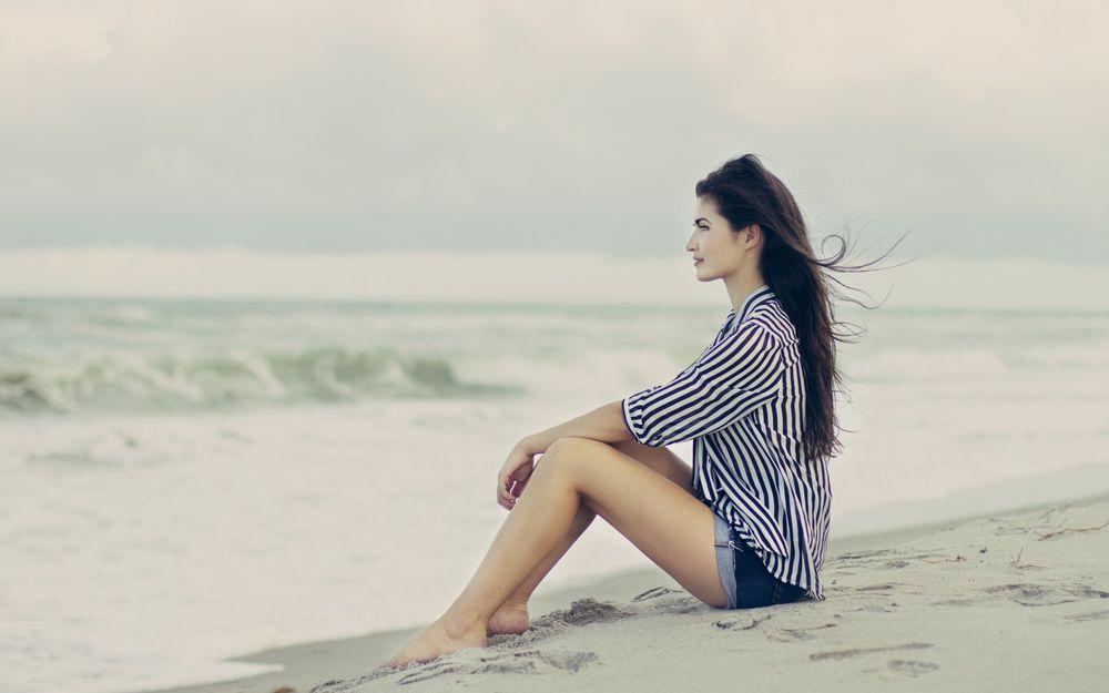 Фото одна девушка брюнетка на море