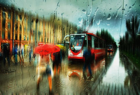 Обои Люди с зонтиками в руках, идущие по городским улицам под сильным дождем, спешащие к остановившемуся на остановке трамваю, автор Александр Атоян