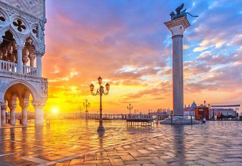 Обои Золотистые, солнечные лучи на утреннем, пасмурном небосклоне осветили красивую набережную, Венеция, Италия / Venice, Italy