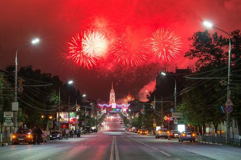 Обои Праздничный фейерверк в ночном небе города Тулы, Россия / Tula, Russia, автор Руслан Сигушин
