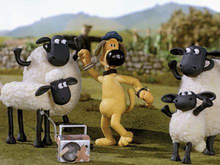 Обои Пес Битцер танцует по лужайке с овцами из мультфильма Shaun the Sheep / Барашек Шон