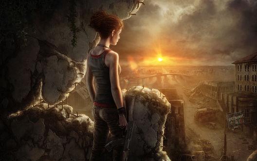 Обои Рыжеволосая девушка с автоматом в руке, стоящая у каменных развалин здания всматривается в разрушенный после прошедшего апокалипсиса город в руинах, сломанных автомобилей, освещенных яркими солнечными лучами на вечернем небосклоне