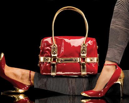 Обои Женские ножки в красно-золотых лакированных туфлях и сумочка в тон