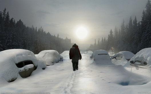 Обои Люди, идущие по заснеженной дороге между занесенных глубоким слоем снега легковых автомобилей, с растущими по обочинам деревьями на фоне взошедшего утреннего солнца на пасмурном небосклоне, затянутом туманной дымкой