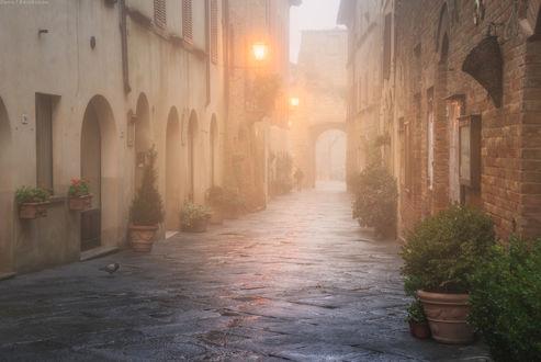 Обои Мужчина, идущий на рассвете по узкой, туманной улице небольшого городка Пьенца, Италия / Pienza, Italy, автор Даниил Коржонов