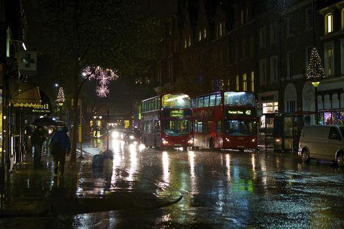 Обои Двухэтажные автобусы, автомобили и спешащие прохожие с зонтиками в руках, идущие по ночным улицам дождливого Лондона, Англия / London, England
