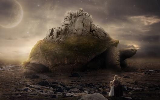 Обои Мать, стоит обнявшись со своими дочерьми на каменистой поверхности, с удивлением наблюдают за огромной черепахой, несущей на своем панцире каменные скалы на фоне темного неба с взошедшей планетой, автор Element OfO ne1