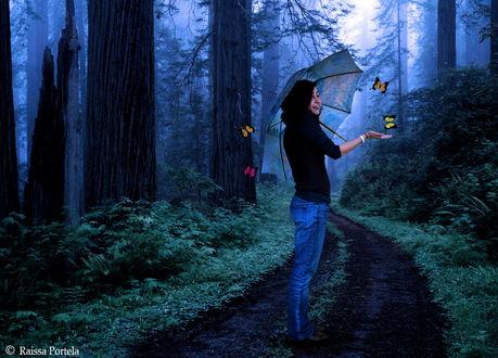 Обои Темноволосая, улыбающаяся девушка, держащая в руке легкий зонтик, идущая по лесной дороге, вытянула перед собой руку на ладонь которой садятся разноцветные бабочки, автор Raissa Portela