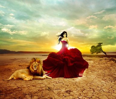 Обои Девушка в пышном длинном красном платье, стоит улыбаясь на фоне неба с заходящим Солнцем, на потрескавшейся от жары земле рядом с лежащим львом