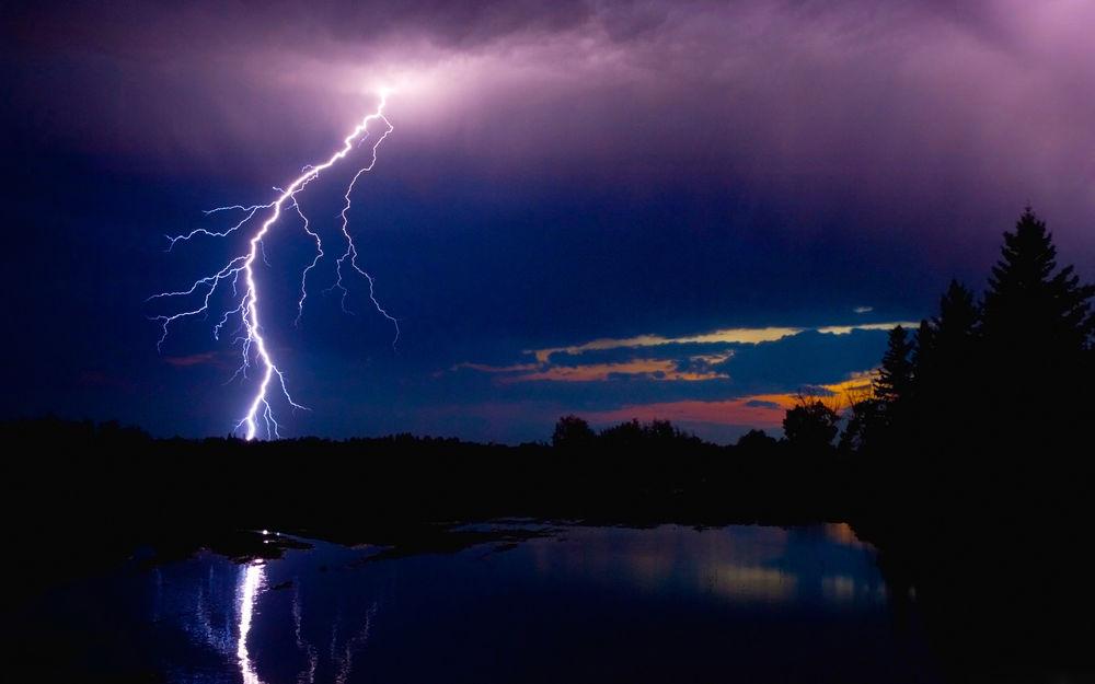 Картинки с молниями и рекой