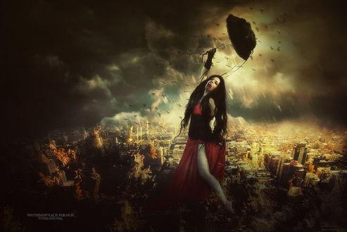 Обои Черноволосая девушка-вампир со струйками крови на подбородке, держащая в руке черный зонтик из птичьих перьев на фоне грозового неба над городом, парящих в воздухе птиц, автор mirandaarts