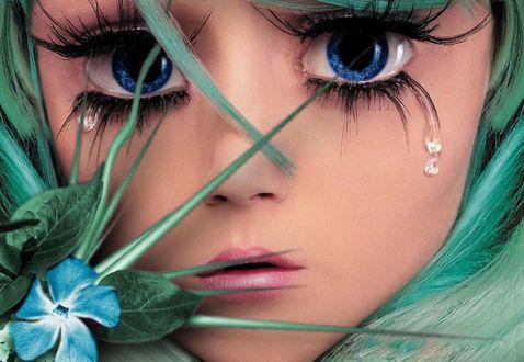 Обои Девочка с синими глазами, с которых капают слезы с зелеными волосами, с голубым цветком и зелеными листьями у лица