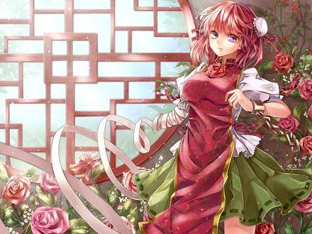 Обои Девушка в красном платье, одна рука которой закована в цепь, а другая превратилась в ленту, стоит на фоне кустов красных роз