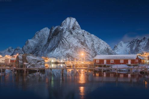 Обои Домики, стоящие на берегу, освещенные ярким, электрическим светом, Лофотенские острова, Норвегия / Lofoten Islands, Norway, автор Даниил Коржонов
