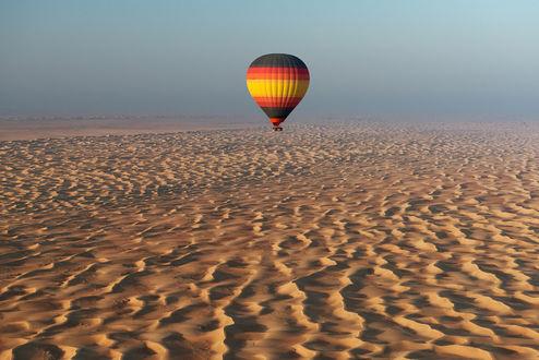 Обои Воздушный шар, парящий в воздухе над пустынными, песчаными барханами, автор Андрей Грачев
