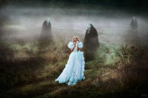 Обои Светловолосая девушка в пышном, длинном, белом платье, идущая по дороге мимо стоящих фигур в длинных, черных плащах с лошадиными черепами на голове, опустившимся на землю туманом, автор Светлана Беляева