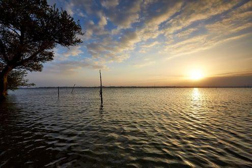 Обои Закат солнца над водоемом