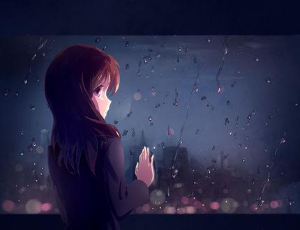 Обои Печальная девушка стоит возле окна на котором стекают капли дождя