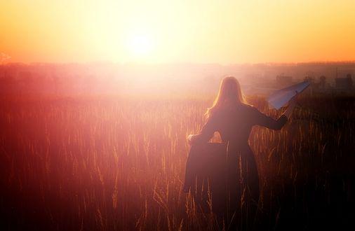 Обои Девушка с бумажным самолетиком в руке бежит по полю, работа навстречу солнцу, фотограф Саня Тупикин