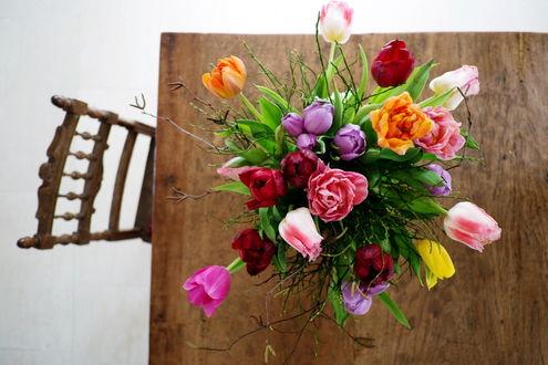 Обои Вид сверху на букет цветов в вазе, которая стоит на столе, с придвинутым к нему стулом