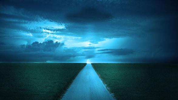 Обои Дорога, идущая через зеленое поле на фоне грозового, пасмурного неба и сверкающих молний