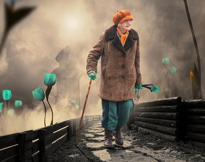 Обои Пожилая женщина с клюкой в одной руке и с букетом необычных, зеленых цветов в другой, идущая по каменной дорожке моста на фоне пасмурного неба в туманной дымке, автор Garas Ionut