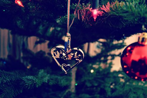 Обои Игрушечное сердечко и шары на елке, by LittleMissMe Xo