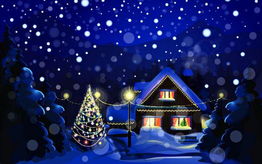 Обои Домик с покрытой снегом крышей и освещенными окнами, гирляндой развешенной на столбах, украшенной и светящейся елкой во дворе, заснеженными елями и идущим с неба снегом