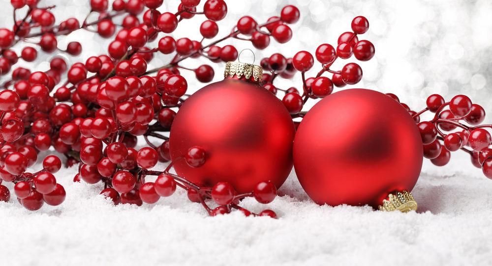 dac95ed28d8 Обои для рабочего стола Красные новогодние шары и ягоды лежат на снегу