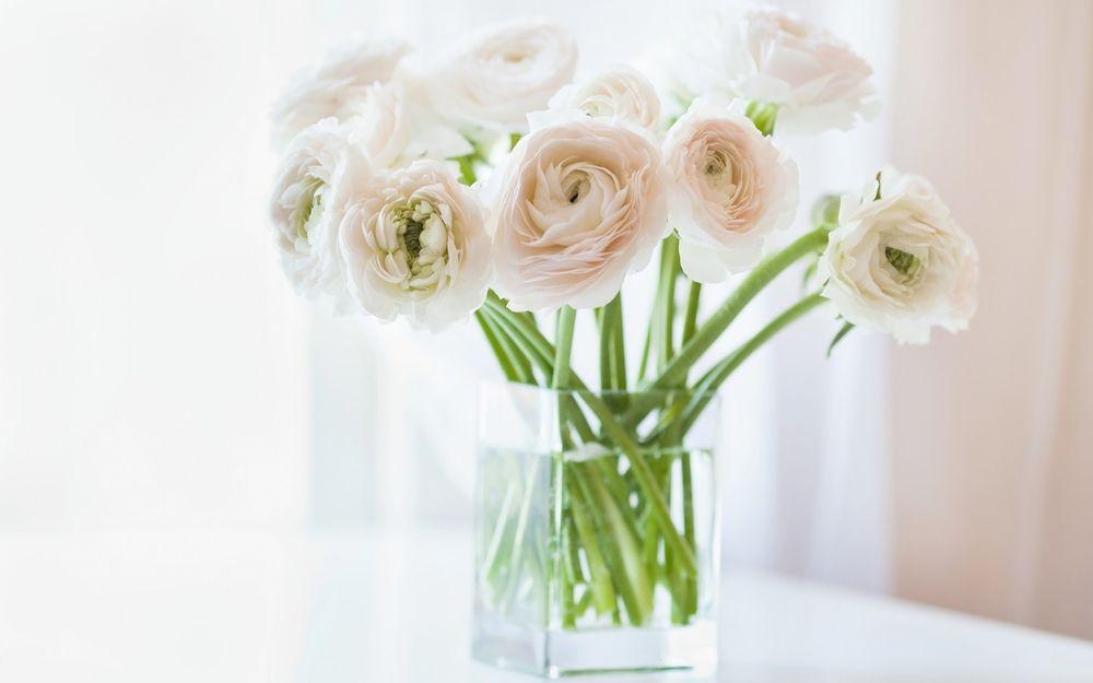 Цветы в вазе на столе фото