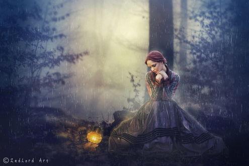 Обои Рыжеволосая, грустная девушка, сидящая под сильным дождем у дерева на лесной опушке, рядом с ней лежит фонарь с горящей в нем свечой, автор ZedLord-Art