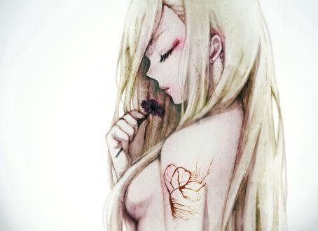 Обои Обнаженная девушка с татуировкой на плече, держит в руке цветок