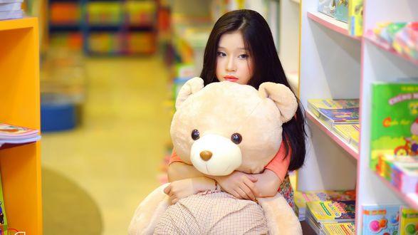 Обои Девушка, держащая в руках игрушечного мишку