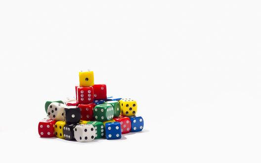 Обои Несколько кубиков разного цвета, собранные в кучу на белом фоне