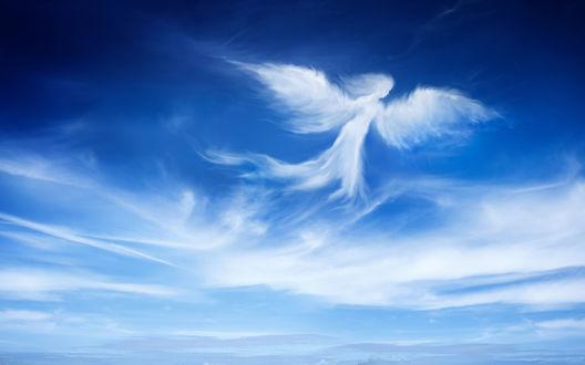 Обои Ангел летит по небу в виде белого облака