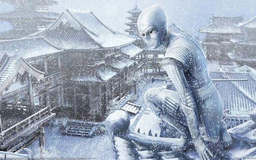 Обои Японская девушка ниндзя сидит на крыше здания и смотрит на заснеженную улицу, идет снег
