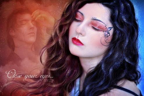 Обои Темноволосая девушка с закрытыми глазами, вытекающими из них слезами, грустит о своем возлюбленном, лик которого изображен на коричневом фоне Close your eves / Закройте глаза, автор Esther Puche-Art