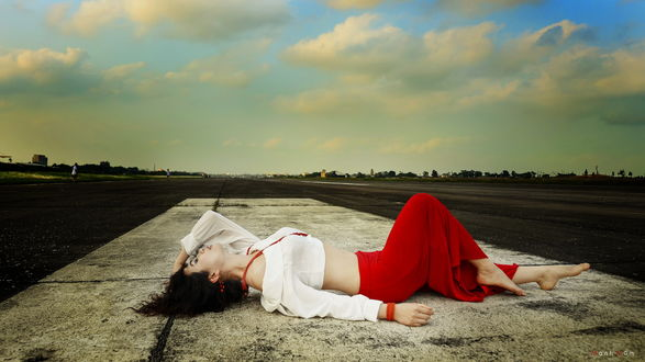 Девушка в юбке лежит на дороге фото 427-317