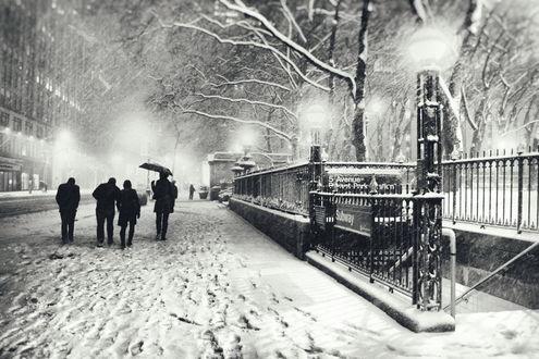 Обои Люди идут по дороге зимнего города New York / Нью- Йорк