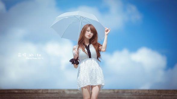 Обои Японка с зонтиком на фоне неба