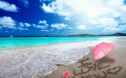 Обои На берегу моря на песке написано I love you / Я тебя люблю, рядом лежит розовый зонтик и цветок плюмерии