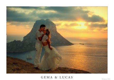 Обои Влюбленные стоят на фоне горы, уходящей в море, ву Кlaus Wegele