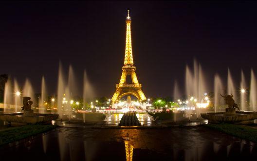 Обои Освещенная Эйфелева башня и поющие фонтаны, Франция, Париж / Eiffel tower, Paris, France