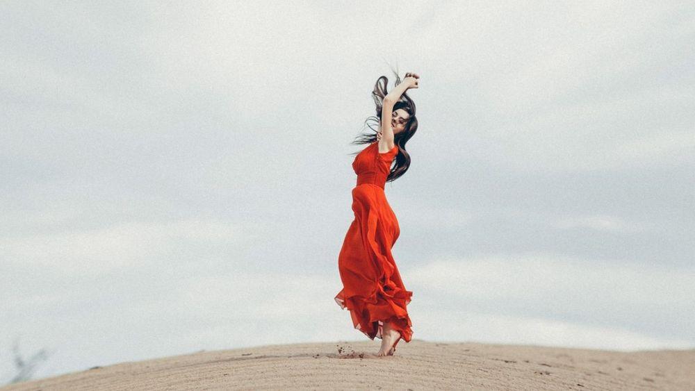 Девушка танцующая в красном платье