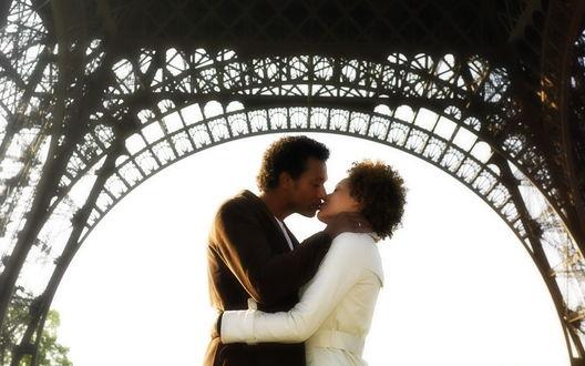 Обои Мужчина и девушка целуются под Эфелевой башней