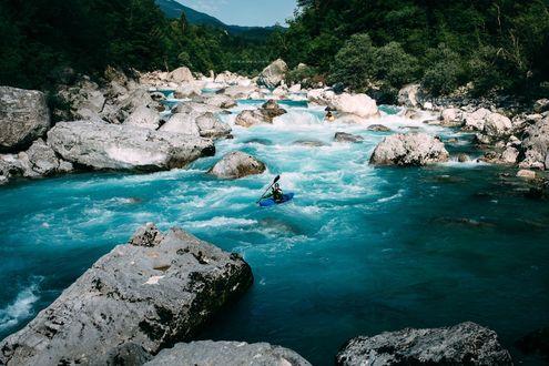 Обои Парни на байдарках на горной реке