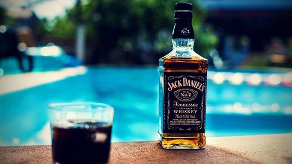 Обои Бутылка виски Джек Дениэлс / Jack Daniels на краю бассейна