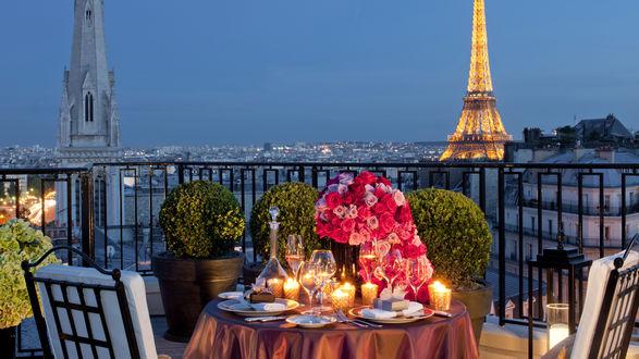 Обои Романтический ужин на двоих на балконе с видом на Эйфелеву башню