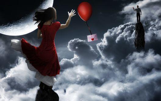 Обои Почтовый шарик с привязанным к нему конвертом с сердечком, летит от девушки к мужчине, стоящих на скалах выше облаков, на фоне далекой планеты